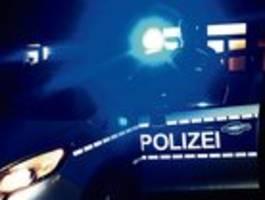 Maskierter Räuber bedroht Kassierin mit Messer und stiehlt Kasse