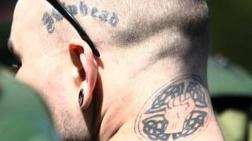 Brandenburg : Schule schmeißt Lehrer mit Nazi-Tattoos raus – Gericht entscheidet, dass er weiter lehren darf
