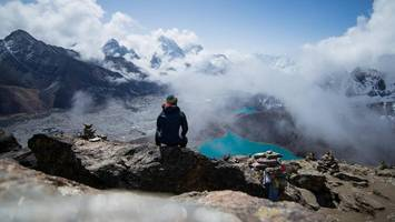 schlechtes wetter: 300 touristen sitzen beim mount everest fest