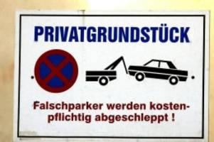 Abschleppkosten verlangen: Ein fremdes Auto parkt auf Privatgrund