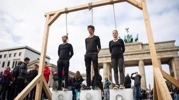 Streiks in ganz Deutschland: Regierung verabschiedet Klima-Paket – Demonstranten inszenieren Galgen-Protest