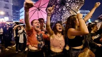 Landesweite Kundgebungen in Spanien prangern Gewalt gegen Frauen an
