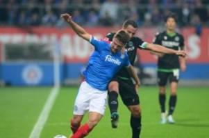 Fußball: Hannover 96 stoppt Talfahrt mit 2:1-Sieg bei Holstein Kiel