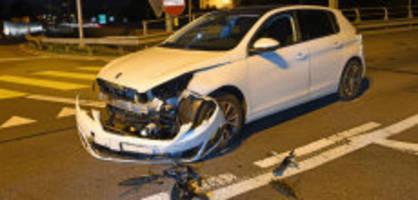 Heftiger Autounfall: 18-Jährige muss nach Auto-Kollision ins Spital