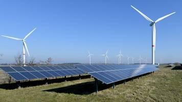 Energie: Erneuerbare Energien machen fast die Hälfte des Stroms aus