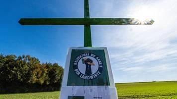 bauern protestieren mit grünen kreuzen gegen volksbegehren