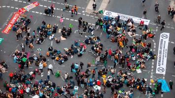 Klimastreik im Newsblog: Aktivisten blockieren Potsdamer Platz in Berlin