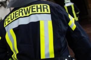 Brände: Wohnhaus steht in Flammen: Großeinsatz der Feuerwehr