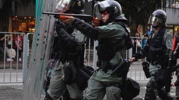 hongkong: polizei feuert tränengas und gummigeschosse auf aktivisten