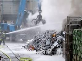 brandgefahr im haushaltsmüll: entsorger fordern 50 euro akku-pfand