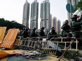 erneut zusammenstöße: wong nennt hongkong polizeistaat