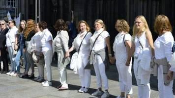 katholische initiative maria 2.0 demonstriert mit menschenkette am kölner dom