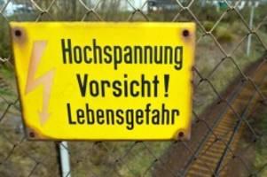 Kontakt mit Oberleitung: 21-Jähriger fährt auf S-Bahn-Dach mit und fängt Feuer