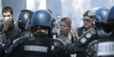 Pariser Klimamarsch im Tränengasnebel: Brutaler Einsatz gegen Demo