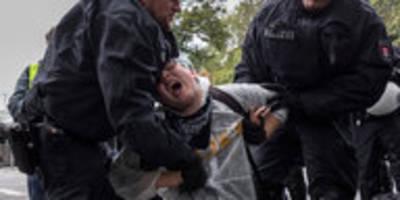 Polizeieinsatz bei Klimastreik-Blockaden: In die Mangel genommen