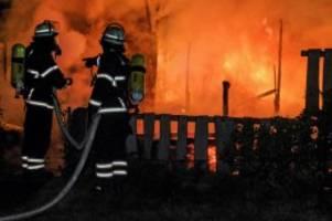 jenfeld: gartenlaube geht mitten in der nacht in flammen auf