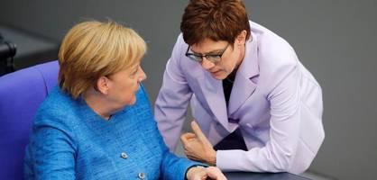 Merkel und Kramp-Karrenbauer fliegen in zwei Maschinen nach New York