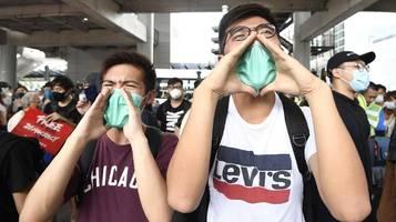 Hongkonger Polizei verhindert Proteste am Flughafen