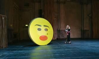 kasino: belehrende performance über blondinen