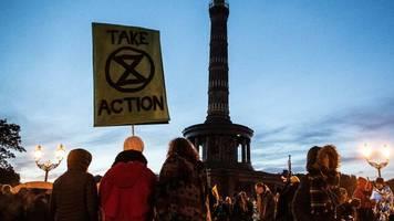 klimademo: extinction rebellion protestiert für mehr klimaschutz – und besetzt berlins verkehrsknoten