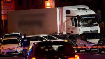 Lkw war gestohlen - Lastwagen fährt auf Fahrzeuge auf: 17 Verletzte in Limburg