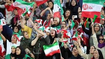 gegen kambodscha: erstmals seit 40 jahren: frauen durften im iran ins stadion – und erlebten gleich ein fußballfest