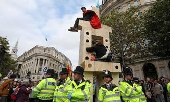 Polizei nimmt über 1000 Aktivisten bei Klima-Blockaden in London fest