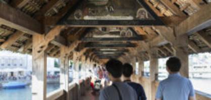 Touristen beklaut: Diebesbande schlug auf der Kapellbrücke zu