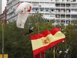 Schmunzler am Nationalfeiertag: Fallschirmspringer bleibt in Laterne hängen
