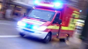 Autofahrer kracht gegen Baum: Wagen geht in Flammen auf