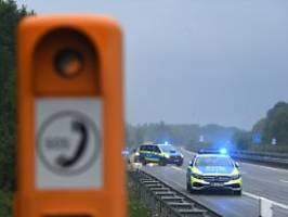 Tödlicher Unfall auf der A81: Autofahrer stirbt nach Kollision mit Fels