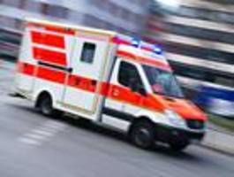 Rettungswagen kracht in Bauzaun - hoher Sachschaden