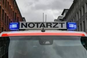unfälle: rettungswagen der feuerwehr kracht in bauzaun