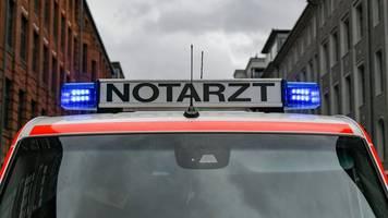 Rettungswagen der Feuerwehr kracht in Bauzaun: Sachschaden