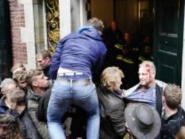 niederlande: wütende bauern stürmen verwaltungsgebäude in groningen