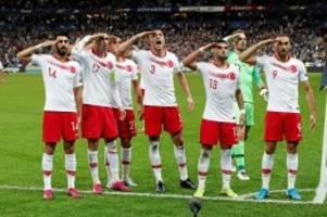 Fussball: Militär-Salut und Hitler-Gruß – Eine Schande für den Fußball