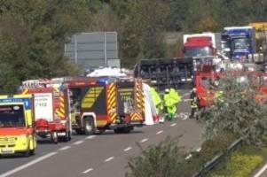 Verkehr: A29 nach Gefahrgut-Unfall dicht: Zahl der Verletzten unklar