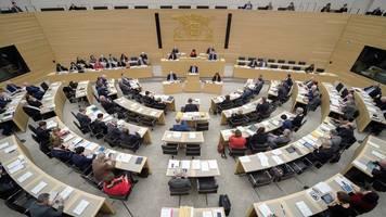 landtag bespricht antisemitismus und bienen-volksbegehren