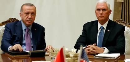 Pence und Erdogan – Düstere Gesichter vor einem überlangen Treffen