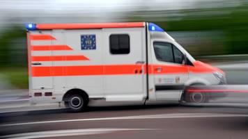 18-jähriger fährt in gegenverkehr: familie verletzt