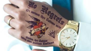 Tätowierungen am Arbeitsplatz: Spannende Tattoo-Studie: Führungskräfte sind häufiger tätowiert als ihre Untergebenen