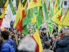 Streit um Fahnen der YPG und PKK