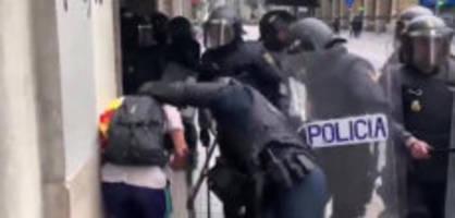 barcelona: polizisten gehen brutal gegen demonstranten vor