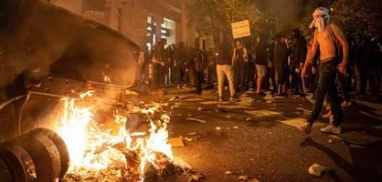 """Demonstranten verwüsten Cafés und Geschäfte – """"El Clásico"""" betroffen"""