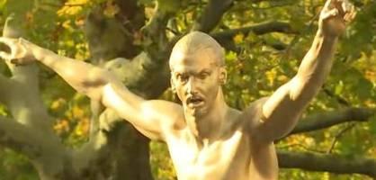 enthüllt! zlatan ibrahimovic stellt eigene statue vor