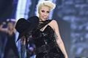 las vegas - lady gaga tanzt mit fan: plötzlich hebt mann sie hoch und beide stürzen von bühne