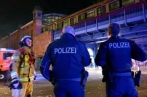 Fans betroffen: Fußball-Sonderzug brennt in Berliner S-Bahnhof