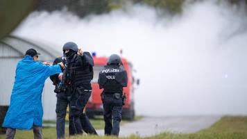 polizisten und soldaten proben den kampf gegen terroristen