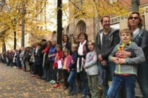 oranienburger straße: neue synagoge: menschenkette gegen antisemitismus