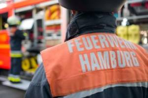 Hamburg: U-Bahnhof Lattenkamp: Feuerwehr rettet Frau vom Dach